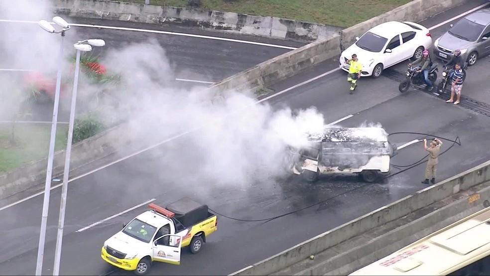 Bombeiros apagam fogo em utilitário na Linha Amarela — Foto: Reprodução/TV Globo