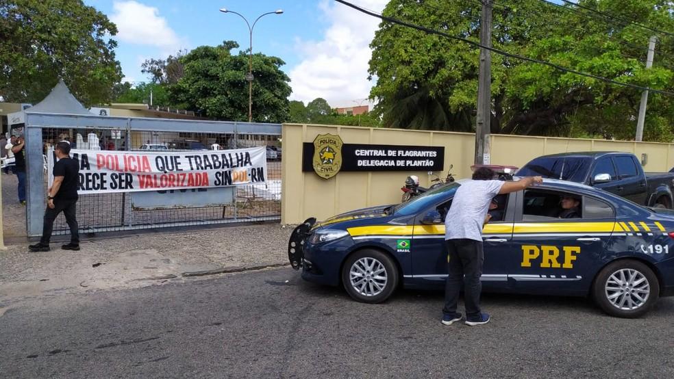 Policiais rodoviários chegaram com foragido da Justiça na Central de Flagrantes em Natal e DP estava fechada — Foto: Assessoria Sinpol