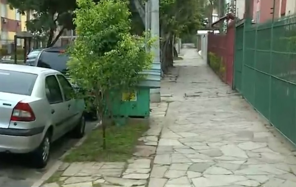 Casinhas ficam em calçada em uma rua do bairro Jardim do Salso — Foto: Reprodução/RBS TV