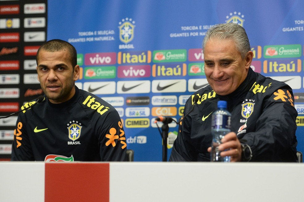 Daniel Alves e Tite na coletiva em Wembley (Foto: Pedro Martins / MoWA Press)