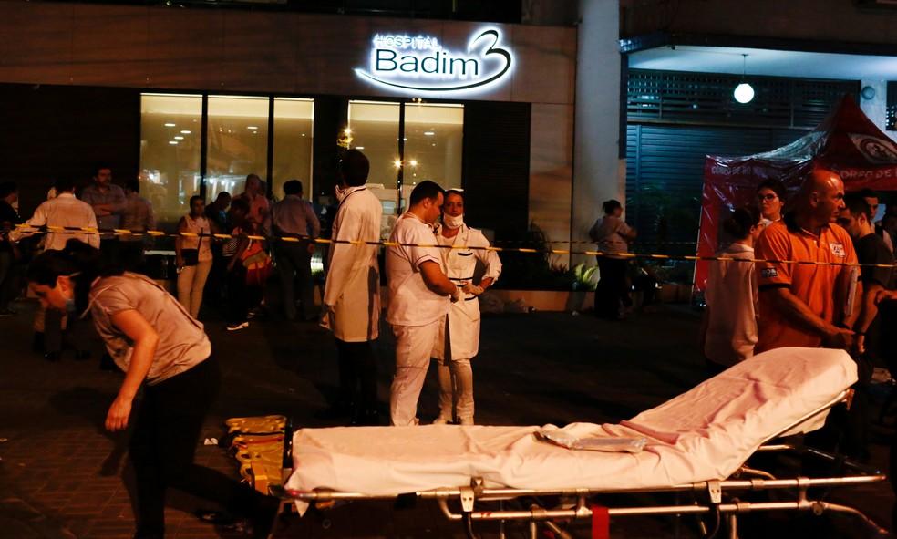 Macas são montadas do lado de fora do hospital Badim, no Rio, após incêndio — Foto: Ian Cheibub / Reuters