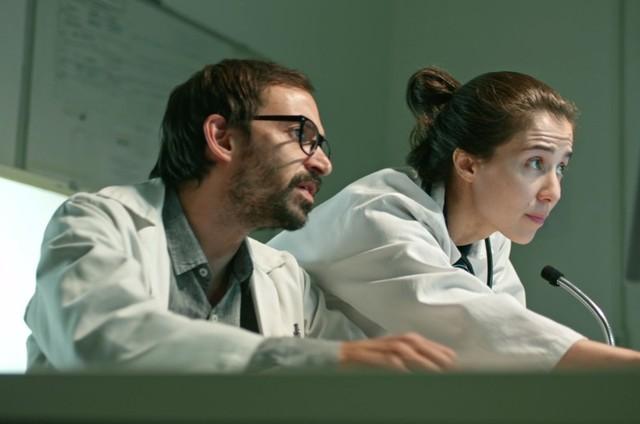 Julio Andrade e Marjorie Estiano em cena de 'Sob pressão' (Foto: TV Globo)