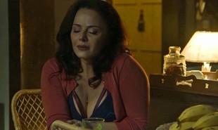 Neide (Viviane Araújo) resgatará León praticamente morto depois que ele for atropelado por Sampaio (Marcello Novaes). Ela o levará até Judith (Isabela Garcia) e Gabriel (Bruno Gagliasso), que o colocarão na fonte e salvarão sua vida | TV Globo