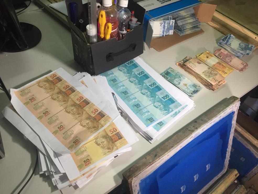 Polícia encontra fábrica de falsificação de dinheiro e prende suspeito no Litoral do Piauí — Foto: Kairo Amaral