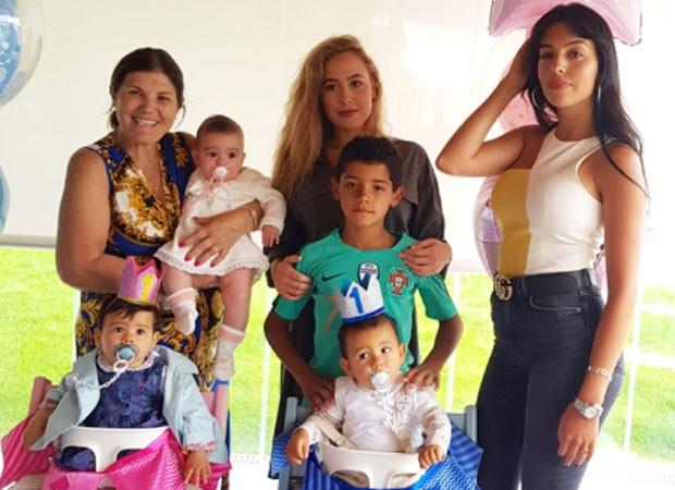 Eva e Mateo com Maria Dolores, Alana, Ivana, Cristiano Ronaldo e Georgina (Foto: Reprodução)