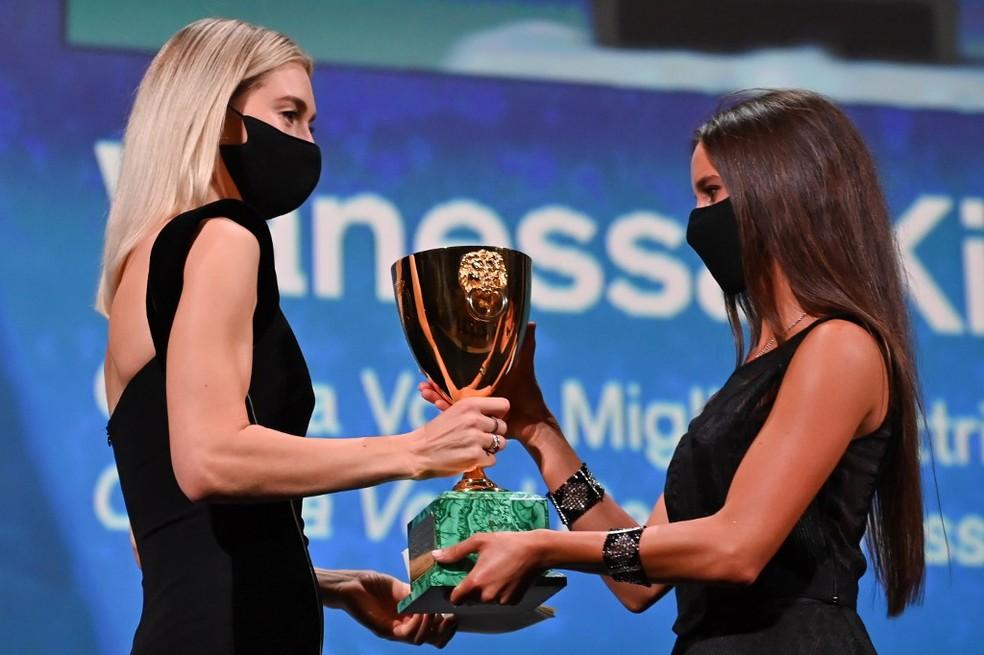"""Vanessa Kirby (à esquerda) recebe prêmio por Melhor Atriz por """"Pedaços de Mulher"""", no 77º Festival de Cinema de Veneza — Foto: Alberto PIZZOLI / AFP"""