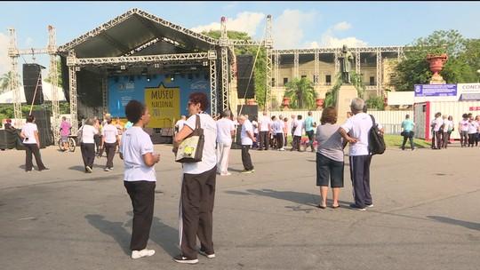 Público celebra aniversário do Museu Nacional com expectativa de recuperação