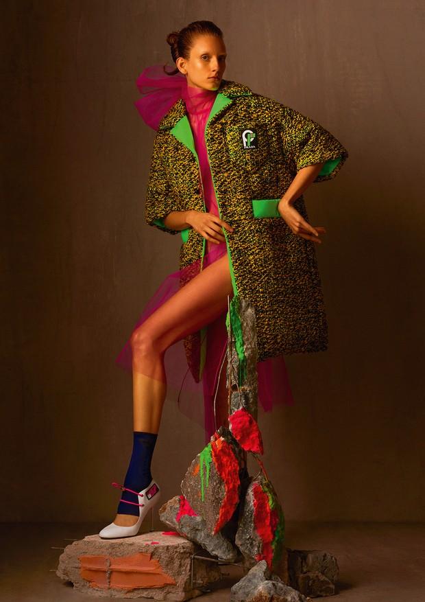 Sarah Berger usa casaco de lã, vestido de tule, meias e sapatos (R$ 3.230).  (Foto: Zee Nunes)