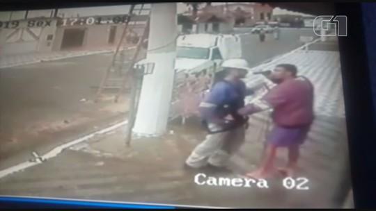 Assaltantes apontam armas e mandam técnico descer de poste em SP; vídeo