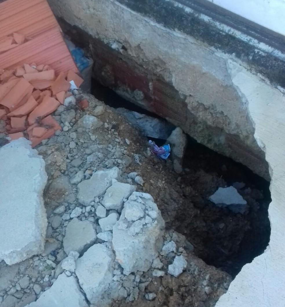Foto mostra que buraco é fundo e chega até o portão de entrada da casa, que fica localizada na Zona Norte de Sorocaba (SP) (Foto: Rosa Serafim/Arquivo Pessoal)