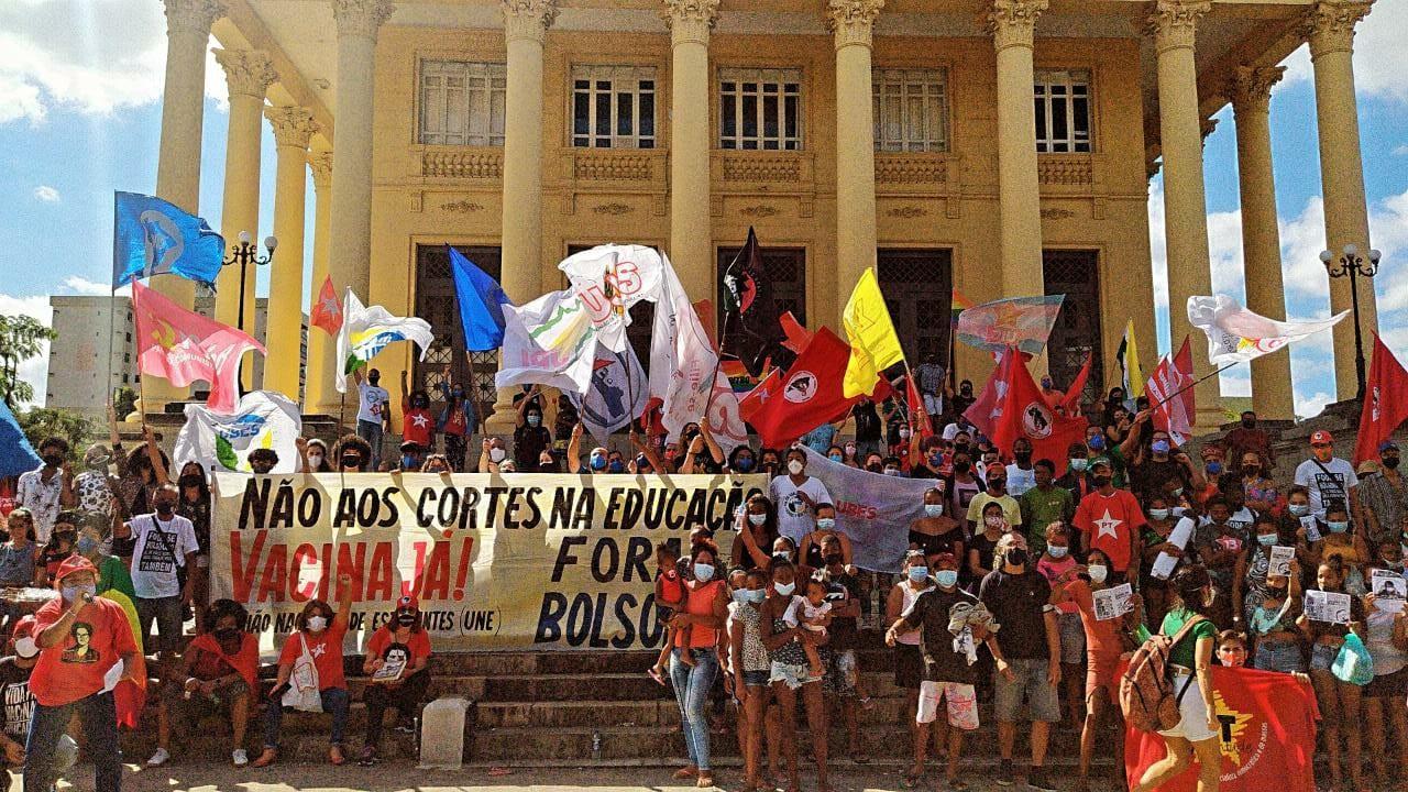 Manifestantes fazem ato contra Bolsonaro em Campos, no RJ