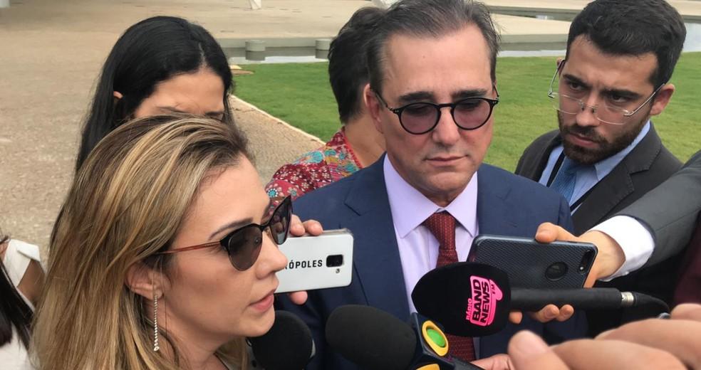A advogada Karina Kufa e o ex-ministro do TSE Admar Gonzaga em entrevista a jornalistas — Foto: Guilherme Mazui/ G1 Política