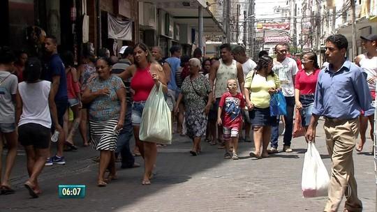 Consumidores vão ao Centro do Recife comprar presentes de Natal