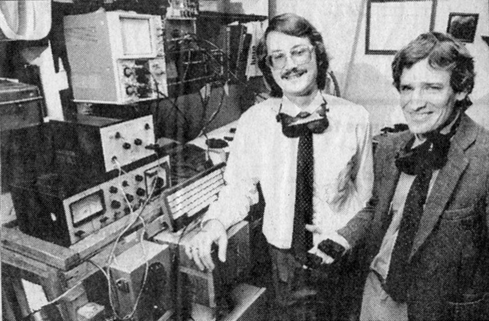 Charles Hull (à esquerda) junto a um dos protótipos do que viria a ser a impressora 3D (Foto: Reprodução/UT-Austin)