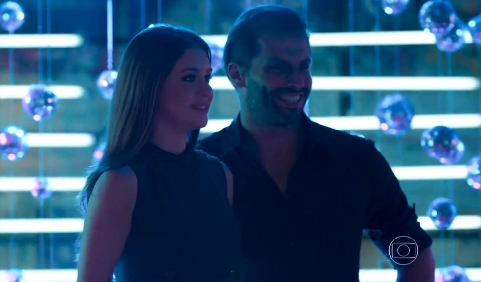 Eliza (Marina Ruy Barbosa) é elogiada por beijo em Henri Castelli, em 'Totalmente Demais' — Foto: Globo