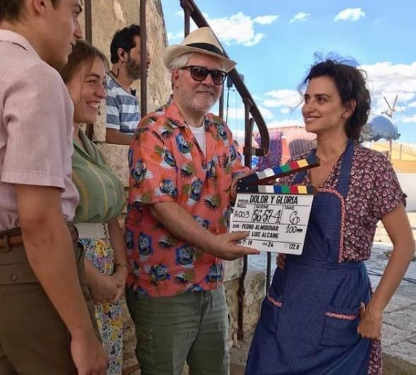 Penélope Cruz e Pedro Almodóvar nos bastidores do filme Dolor Y Gloria (Foto: Reprodução)