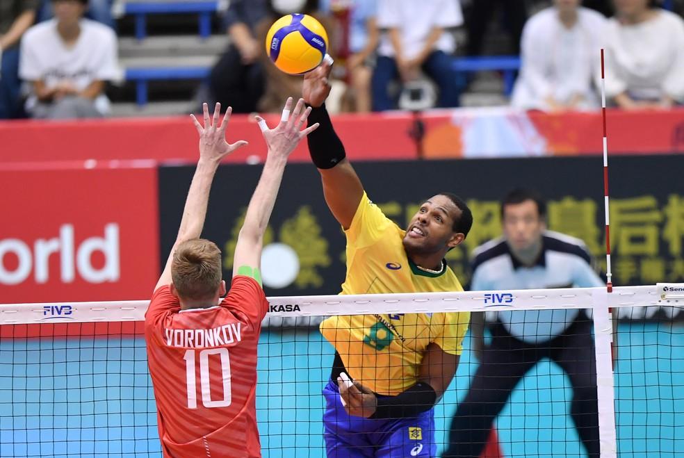 Além de mais uma ótima atuação, Leal foi o dono do ponto que matou o jogo — Foto: Divulgação / FIVB