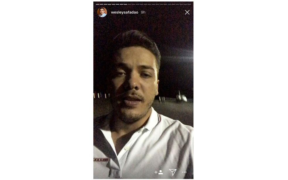 Em vídeos no stories do Instagram, cantor cantou aos fãs sobre o pouso (Foto: Reprodução/ Redes Sociais)