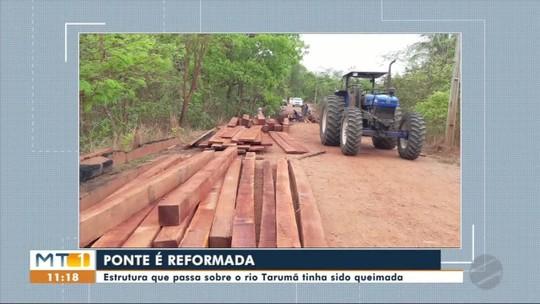 Ponte de madeira que passa sobre o Rio Tarumã é reformada após ter sido queimada
