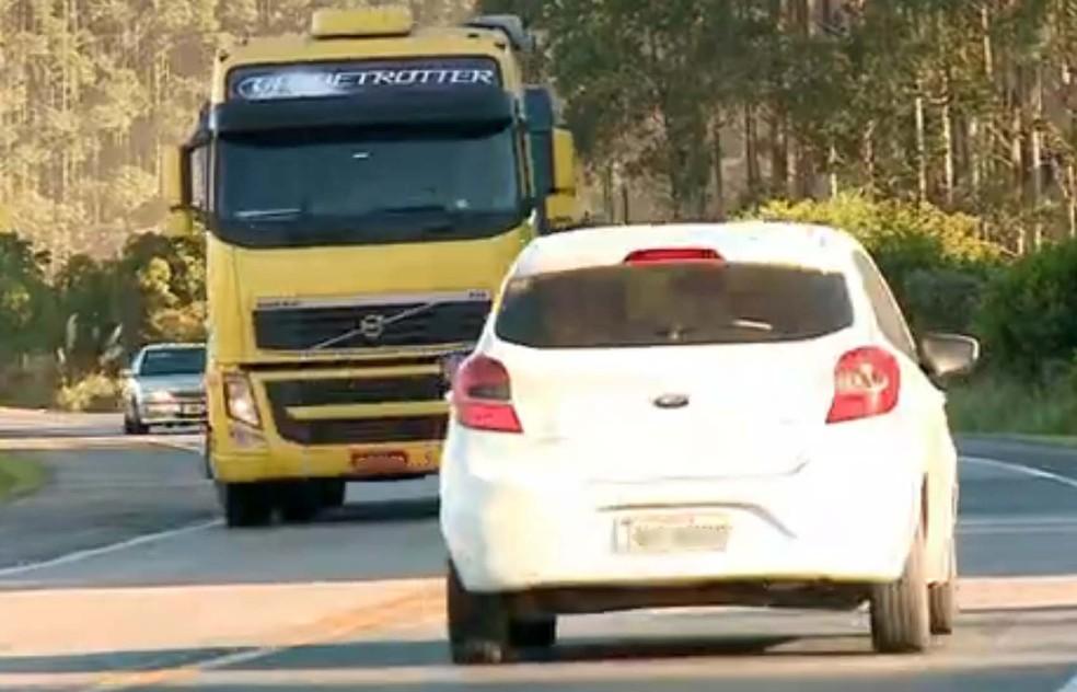 Cerca de 40 mil veículos trafegam pela rodovia no Sul do estado, conforme a PRF (Foto: Reprodução/RBS TV)