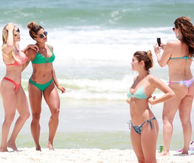 Cristiana Oliveira faz foto de Aline Riscado e Regiane Cesnique (Foto: AgNews)
