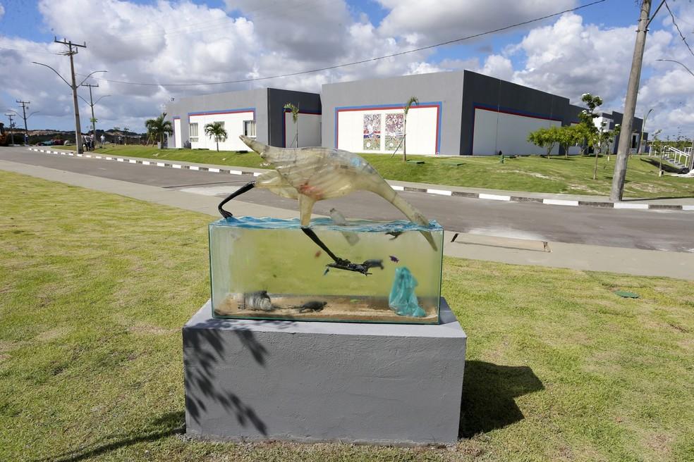 Obra faz referência à poluição dos oceanos — Foto: Felipe Oliveira/Divulgação/E.C. Bahia