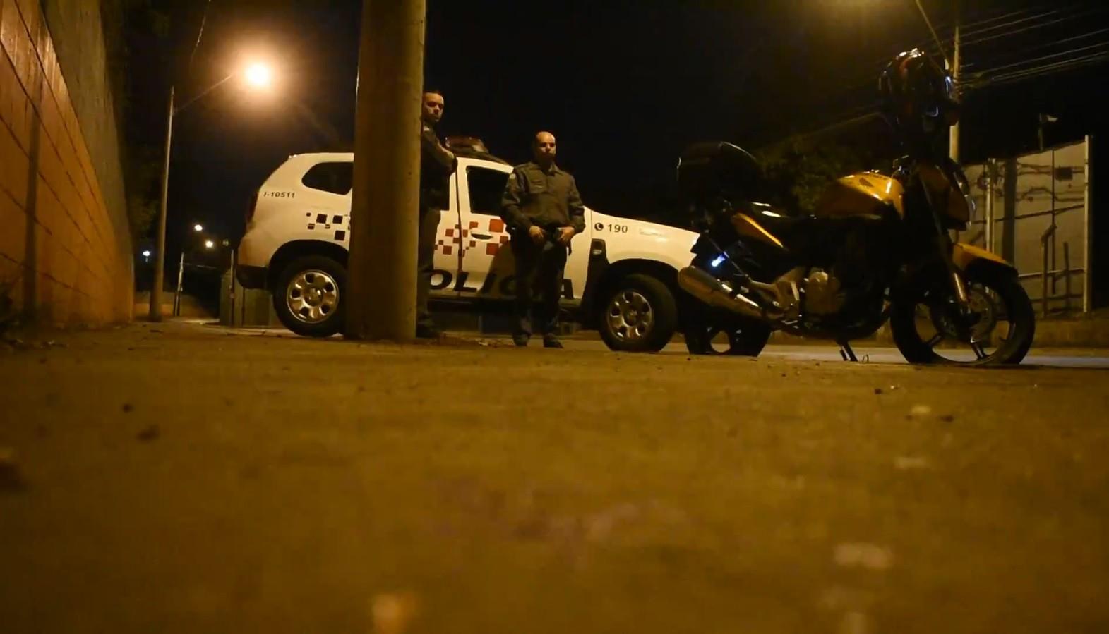 Criminosos atiram contra casal durante roubo de motocicleta em Piracicaba