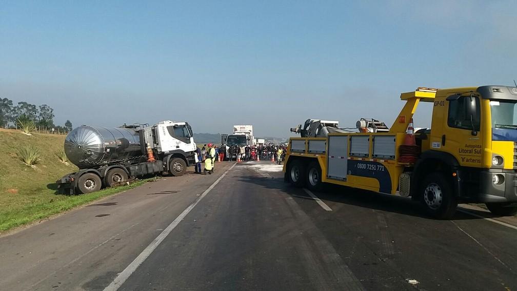 Acidente aconteceu na manhã desta terça-feira (29), em São José dos Pinhais  (Foto: Divulgação/PRF )
