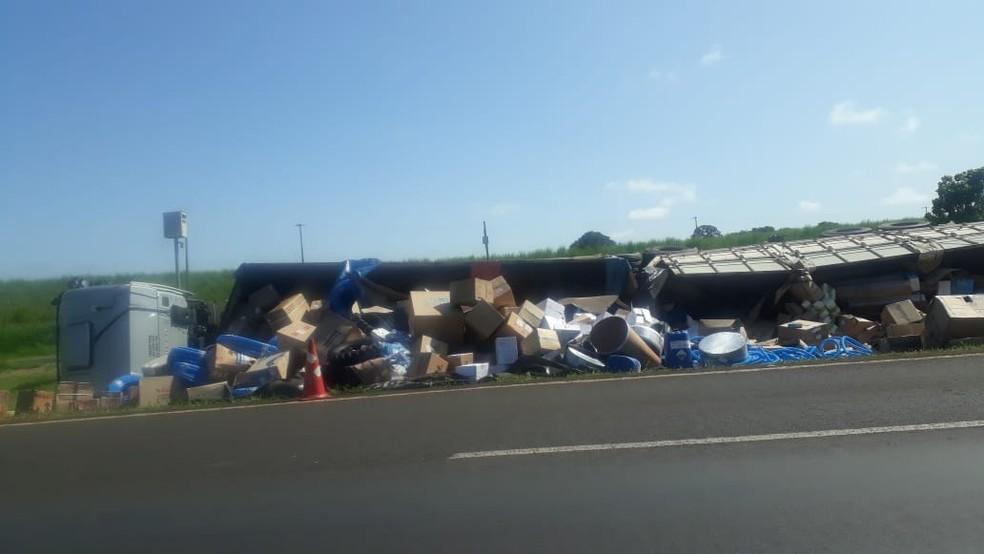 Caminhão tomba em canteiro da Rodovia Washington Luís entre Ibaté e Araraquara  — Foto: CBN São Carlos