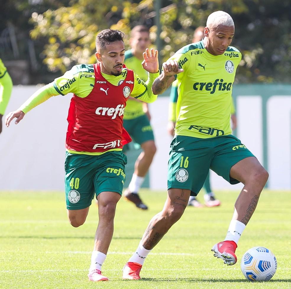 Alan e Deyverson durante treino do Palmeiras na Academia — Foto: Cesar Greco / Ag. Palmeiras