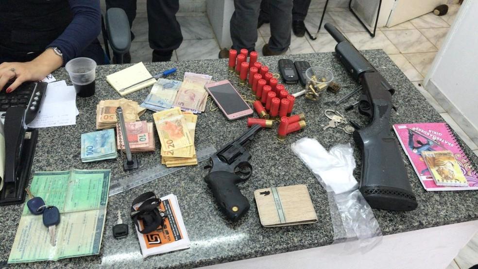 Armas, drogas, munições e dinheiro fracionado foram apreendidos — Foto: Polícia Civil do RN/Divulgação