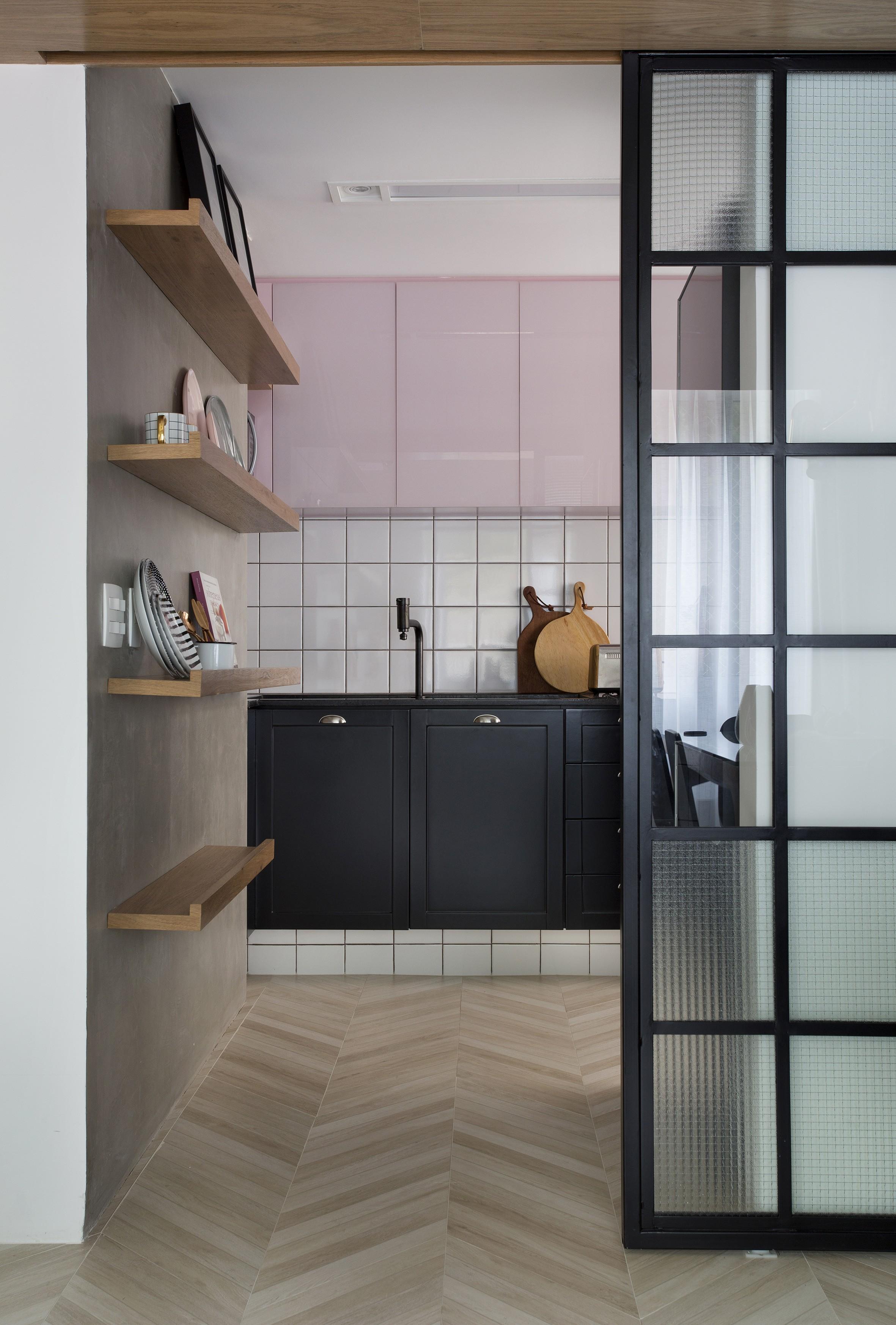 Décor do dia: cozinha com decoração rosa e esquadria (Foto: Denilson Machado/MCA Estúdio)