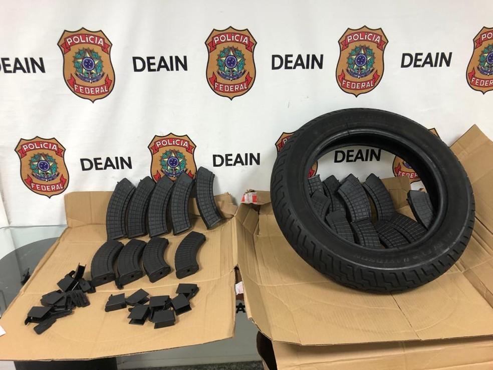 Carregadores encontrados em pneus no Galeão: apreensão deu início à investigação — Foto: Reprodução/PF