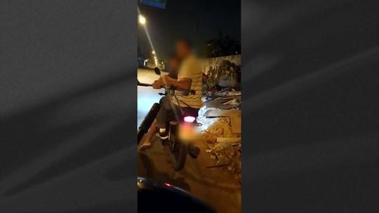 Em vídeo, PM confunde pedestal de microfone com fuzil em abordagem no Rio