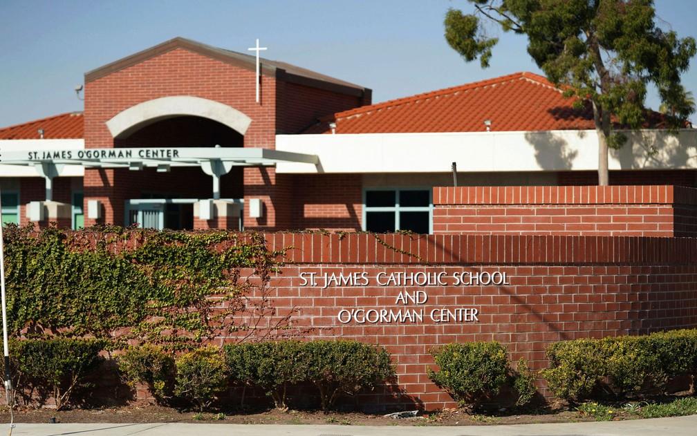 Fachada da Saint James Catholic School, em Torrance, na Califórnia, de onde duas freiras roubaram US$ 500 mil para jogar em Las Vegas — Foto: Scott Varley/The Orange County Register via AP