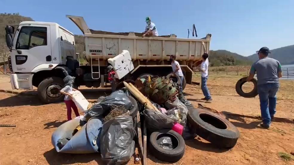 Equipes recolheram cerca de meia tonelada de lixo em rio de Timburi — Foto: Minuto do Amorim/Divulgação