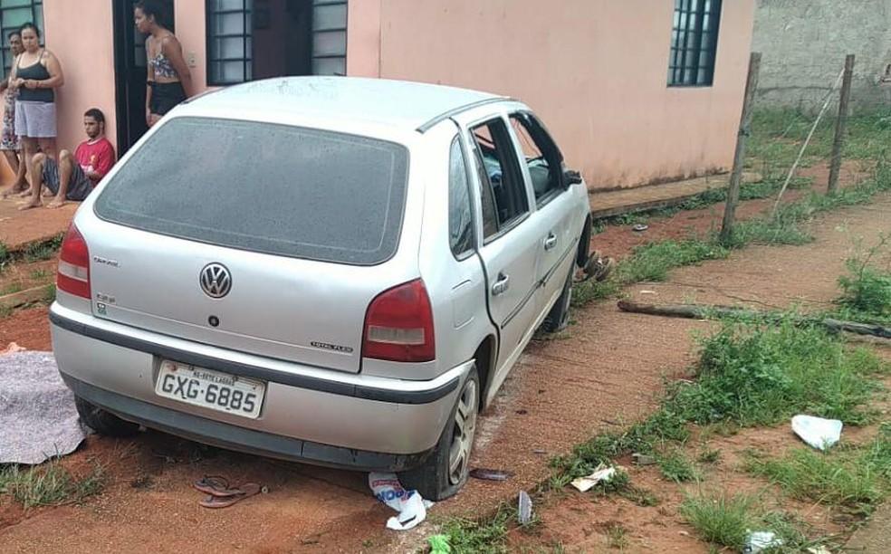 Carro invadiu terreno e matou duas pessoas em Sete Lagoas — Foto: Polícia Militar/Divulgação