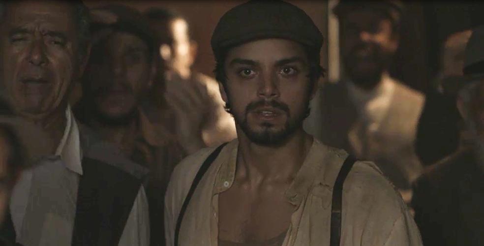 Ernesto fica chocado ao ver o que Camilo faz para ganhar dinheiro e sustentar seu casamento com Jane (Foto: TV Globo)