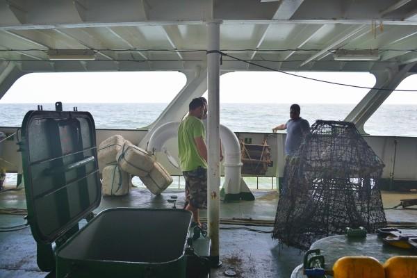 Pesquisadores preparam armadilhas no navio Esperanza, do Greenpeace (Foto: Felipe Floresti)