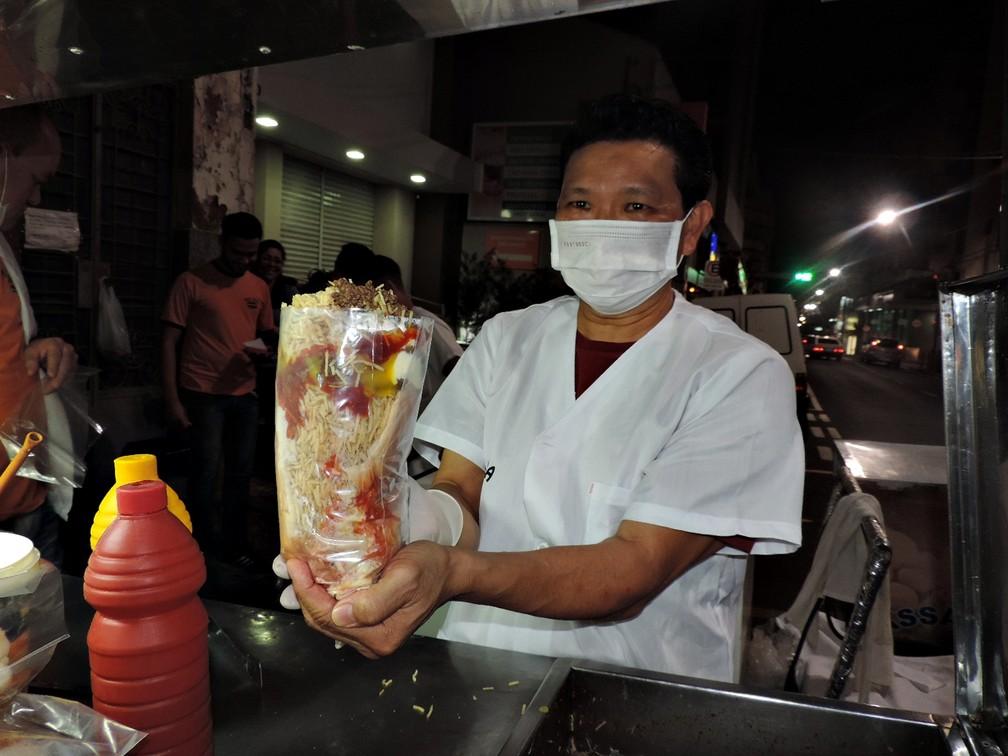 O G1 experimentou o cachorro-quente de quase dois quilos, feito pelo 'Mek Japa', em São José do Rio Preto (SP) (Foto: Marcos Lavezo/G1)