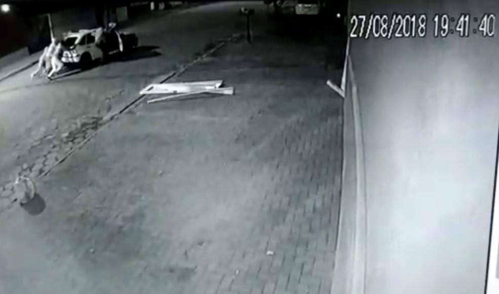 Assaltantes precisaram empurrar carro depois de tentativa frustrada de assalto (Foto: Reprodução)