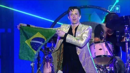 The Killers fecha Lollapalooza com pose, hits, fã baterista e Liam Gallagher após tarde de culto à tristeza