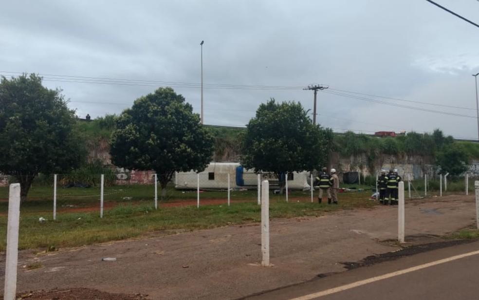 Ônibus caiu de ponte de viaduto e tombou próximo ao Goiânia Arena — Foto: Divulgação/Polícia Civil