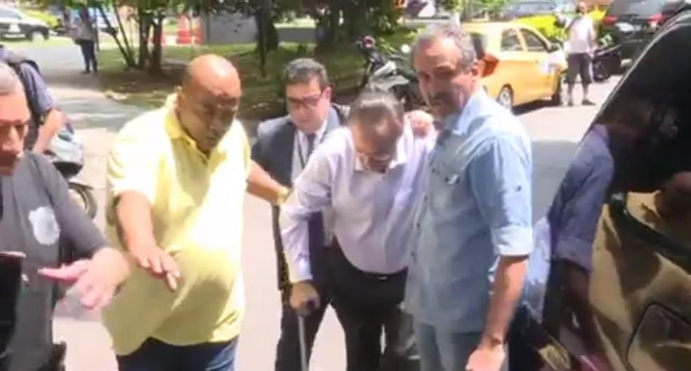Maluf chegou ao IML com muleta e andando com dificuldade (Foto: Reprodução/TVGlobo)