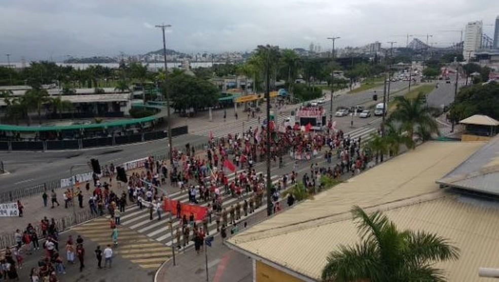 Manifestantes chegaram ao Ticen por volta das 17h45 — Foto: Gabriela Machado/NSC TV