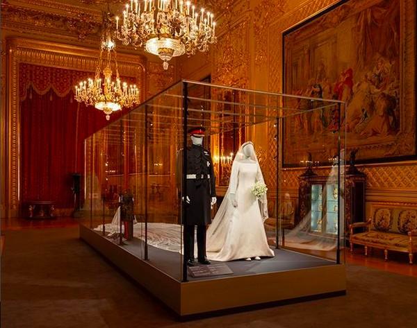 Um registro da exposição no castelo de Windsor celebrando o casamento do Príncipe Harry com a atriz Meghan Markle (Foto: Instagram)