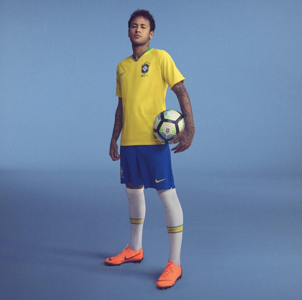Neymar com a camisa da seleção brasileira para a Copa do Mundo (Foto: Divulgação)