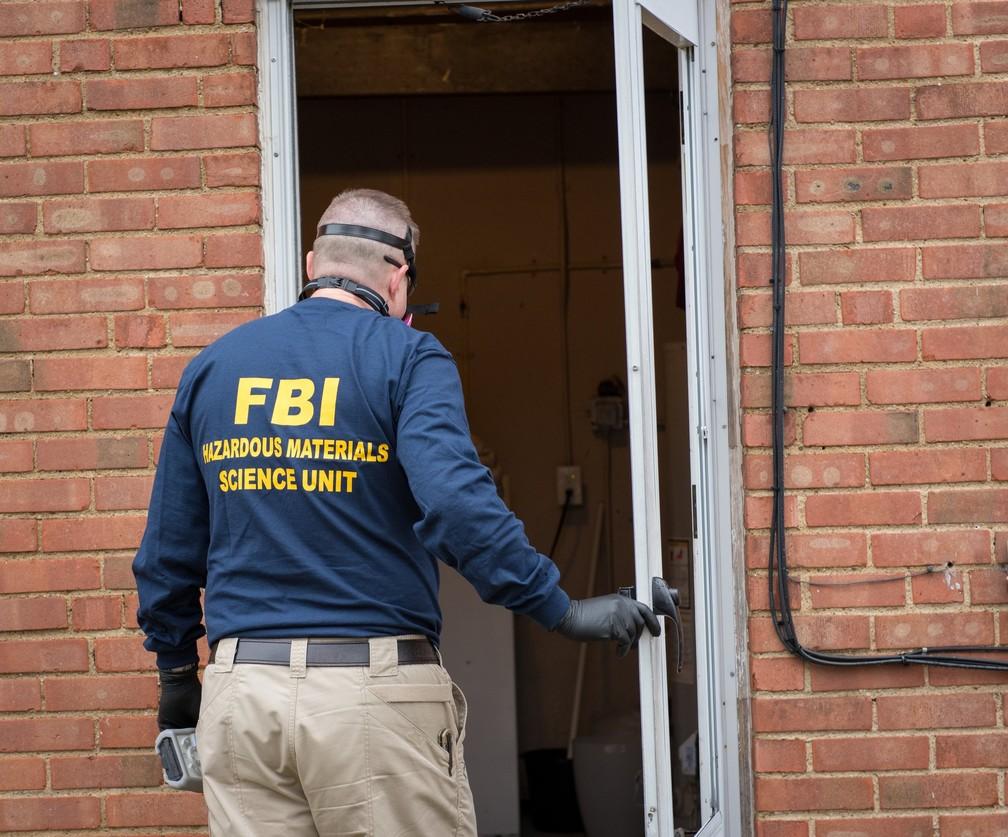 Agente do FBI realiza buscas durante Operação Disarray, que combateu tráfico de drogas no submundo da internet. — Foto: Divulgação/FBI