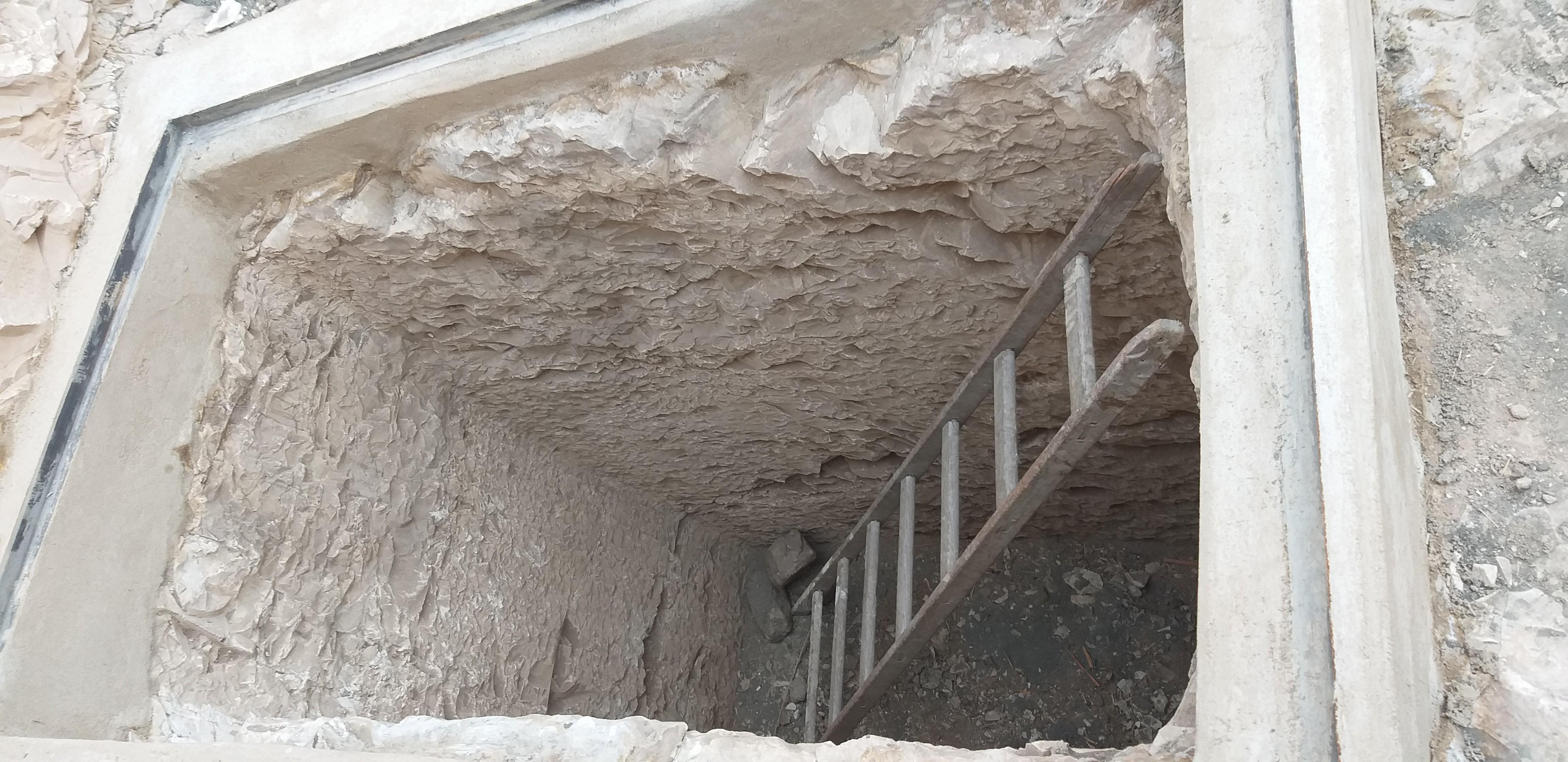 Imagem do poço de sacralização da tumba, onde eram depositadas as oferendas que transformavam um buraco na pedra em casa de transcendência do morto (Foto: Divulgação)