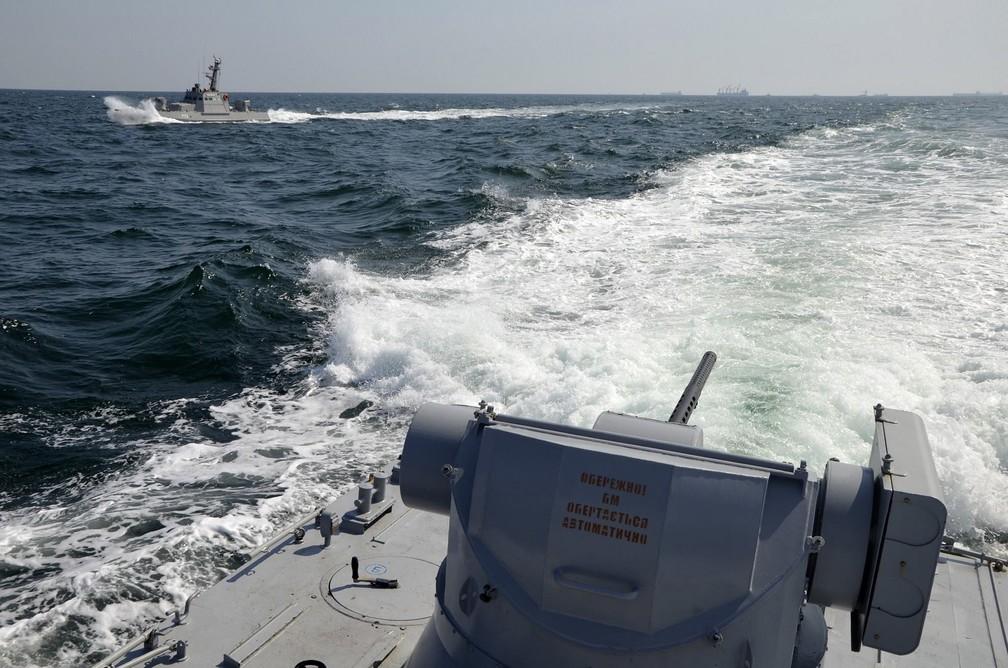 Dois navios da marinha ucraniana navegam perto da Crimeia.  — Foto: ASSOCIATED PRESS
